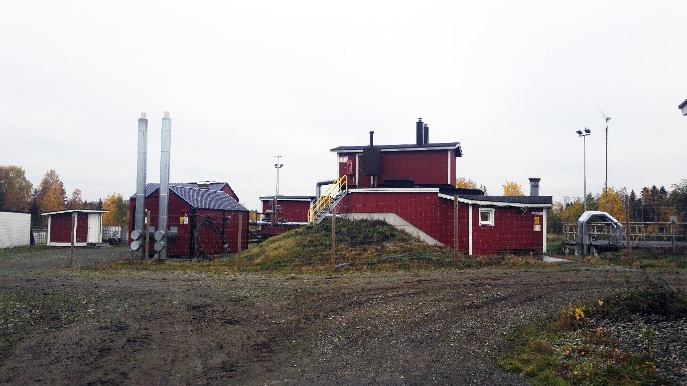 Kuvassa maatila. Kuva kertoo, miten hajautetulla energiantuotannolla voi olla suuri rooli tulevaisuuden energiajärjestelmissä. Biokaasutuotanto maatiloilla parantaa tilojen energia- ja ravinneomavaraisuutta. Kuva: Satu Ervasti.